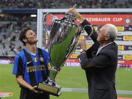 Javier Zanetti (Internazionale Milan) mengangkat piala